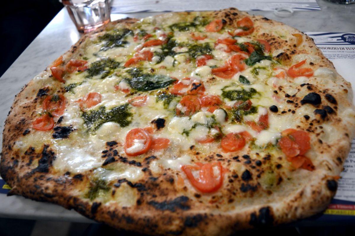 Sorbillo, la pizza che trasborda dai confini del piatto