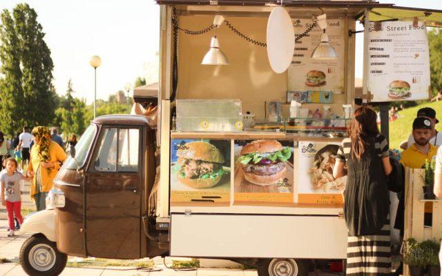 Cucine a spasso, cibo da strada su ape car e furgoncini vintage