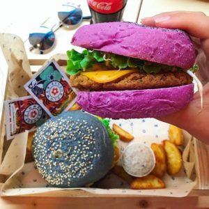 Flower Burger, a Bologna arrivano i burger vegani e super colorati