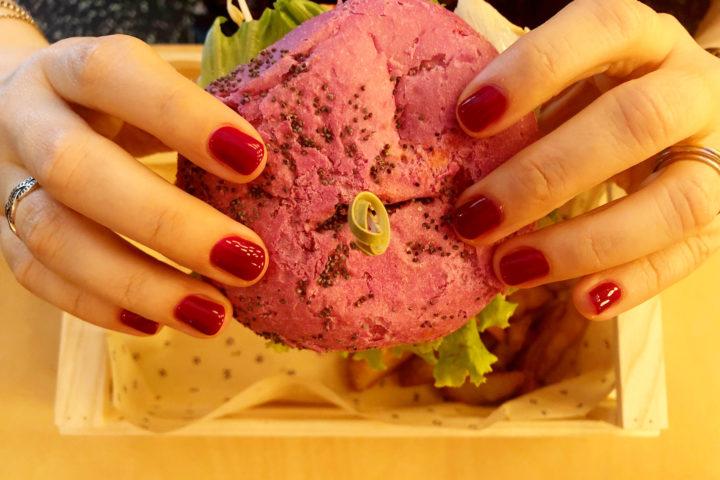 Abbiamo mangiato da Flower Burger a Bologna tra panini colorati e altalene