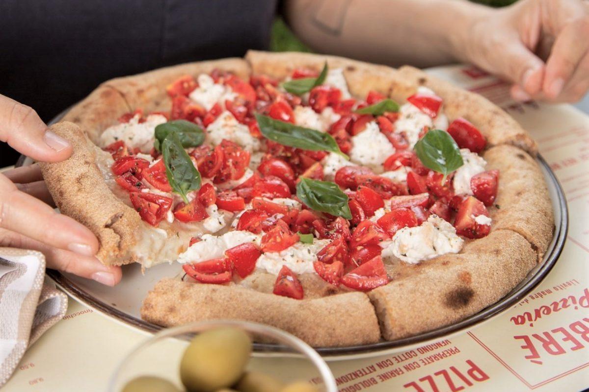 Estate a Villa delle Rose: cocktail e una delle pizze più buone di Bologna
