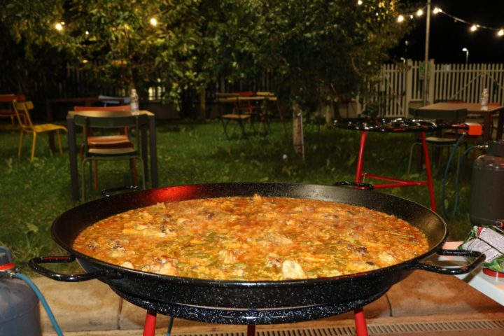 A Bologna è festa tra paella, sangria e prosciutto iberico